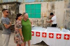 Galeristin Evelyne Walker (im grünen Kleid). (Bild: Nique Nager, Havanna, Juni 2019)