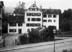 Das Areal des Alten Bürgli an der Museumsstrasse. Dieses Haus wurde 1915 zusammen mit dem links knapp zu erkennende Gebäude abgebrochen. An seiner Stelle steht heute das Historische und Völkerkundemuseum im Stadtpark.