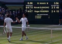 2014: Federer u. Djokovic 7:6 (9:7), 4:6, 6:7 (4:7), 7:5, 4:6Als Titelverteidiger war Roger Federer im Vorjahr in der dritten Runde sensationell an Sergei Stachowski gescheitert. Auf die schlechteste Saison seit seinem Vorstoss an die Weltspitze reagierte er mit der Ernennung von Stefan Edberg als Trainer. Auf dem Weg in den Wimbledon-Final gibt er nur in den Viertelfinals gegen Stan Wawrinka einen Satz ab. Im Final liegt er im vierten Satz zwei Mal mit Break hinten, wehrt mit einem Ass einen Matchball ab und erzwingt einen fünften Satz, in dem er einen Breakball incht nutzen kann. Federer verliert den Final gegen Djokovic in 3:56 Stunden.