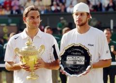 2004: Federer s. Roddick 4:6, 7:5, 7:6 (7:3), 6:4«Als ich auf den Platz lief, hatte ich schon kalte Hände. Ich spürte, wie gut Roddick spielen würde», sagt Federer nach dem Finals. Mehrmals wird die Partie wegen Regens unterbrochen, letztmals, als Federer im dritten Satz mit 2:4 hinten liegt. In der Kabine berät er sich mit seinem Physiotherapeuten, Pavel Kovac, und Freund Reto Staubli und beschliesst, mehr Serve-and-Volley zu spielen. Die Rechnung geht voll auf. Nach dem Matchball fällt Federer wieder auf die Knie. «Ich weinte auch diesmal». Als Titelhalter und Nummer 1 der Welt habe er mehr Druck verspürt als noch im Vorjahr.