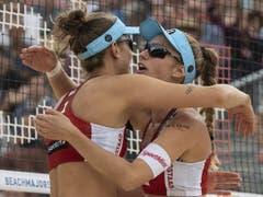 Nina Betschart (rechts) und Tanja Hüberli jubeln. Sie stehen in Gstaad im Viertelfinal (Bild: KEYSTONE/PETER SCHNEIDER)