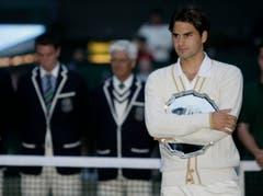 2008: Federer u. Nadal 4:6, 4:6, 7:6 (7:5), 7:6 (10:8), 9:7Der dritte Wimbledon-Final zwischen Federer und Nadal gilt als bestes Tennis-Spiel der Geschichte. Als Nadal um 21.17 Uhr den Matchball verwertet, bricht die Dunkelheit über London herein. Später wird das 4:48-Stunden-Epos zur Vorlage für das Buch «Strokes of Genius» - Geniestreiche. Und zehn Jahre später sogar verfilmt. Federer, der im Frühling unter dem Pfeifferschen Drüsenfieber gelitten hatte, sagt später, die Niederlage sei auch Folge des Final-Debakels in Paris im Monat zuvor gewesen, bei dem ihm Nadal nur vier Games überliess. Nach 65 Siegen auf Rasen, je fünf Titeln in Halle und Wimbledon verliert Federer erstmals wieder auf seiner bevorzugten Unterlage.