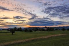 Farbiges Wolkengemälde bringt Morgenstimmung, in Girenmoos; Kirchberg. (Bild: Roland Hof)