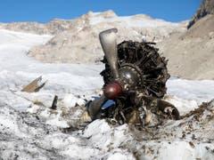 Einige Teile des Wracks konnten bereits 2018 geborgen worden. Wann und wo der Rest des Flugzeugs aus dem Eis des Gaulgletschers auftauchen wird, haben ETH-Forscher berechnet. (Bild: KEYSTONE/PETER KLAUNZER)