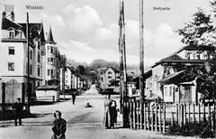 Der Bahnübergang an der Herisauer Strasse in Winkeln zwischen 1912 und 1917 mit Blick gegen Süden. Rechts steht das alte Restaurant Eidgenössisches Kreuz (Herisauer Strasse 68).