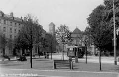 Das St.Galler Bahnhofpärklein mit Tram ums Jahr 1930.
