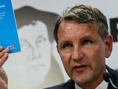 Björn Höckes Rechtsaussengruppierung «Flügel» ist es offenbar gelungen, das innerparteiliche Kriegsbeil in der AfD mit Bundestags-Fraktionschefin Alice Weidel zu begraben. (Bild: KEYSTONE/EPA/CLEMENS BILAN)