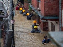 Die Polizei evakuiert Bewohner von überfluteten Häusern in Kathmandu. (Bild: KEYSTONE/EPA/NARENDRA SHRESTHA)