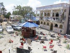 Unter den Getöteten seien zwei US-Bürger, ein Brite, ein Kanadier, drei Tansanier und drei Kenianer, hiess es. Die islamistische Al-Shabaab-Miliz beanspruchte den Anschlag für sich. (Bild: Keystone/AP)