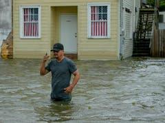 Waten in hüfthohem Wasser: «Barry» hat auch in Mandeville im US-Bundesstaat Louisiana für viel Regen gesorgt. (Bild: KEYSTONE/FR 170690AP/MATTHEW HINTON)
