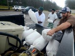 Mit Sandsäcken gegen den Regen von «Barry»: Im US-Bundesstaat Mississippi wappnen sich die Bürger. (Bild: KEYSTONE/AP The Enterprise-Journal/MATT WILLIAMSON)