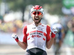 Der Belgier Thomas de Gendt bejubelt seinen zweiten Etappensieg im Rahmen der Tour de France nach 2016 (Bild: KEYSTONE/AP/THIBAULT CAMUS)