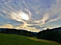 Nein, das ist keine UFO-Erscheinung, sondern einfach ein wunderbares Sonnen- und Wolkenspiel. (Bild: Urs Gutfleisch, Malters, 12. Juli 2019)