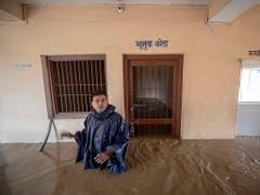 Ein Polizist vor einer überfluteten Gefängniszelle in Nepals Hauptstadt Kathmandu. (Bild: KEYSTONE/EPA/NARENDRA SHRESTHA)