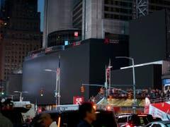 Am Times Square in New York gingen am frühen Samstagabend die Lichter aus. (Bild: KEYSTONE/FR171676 AP/MICHAEL OWENS)