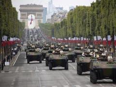 Fast 200 Fahrzeuge, darunter auch Panzer, präsentierten sich auf der Champs-Elysées. (Bild: Keystone/EPA/IAN LANGSDON)