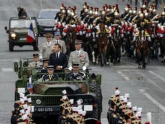 Präsident Emmanuel Macron zusammen mit Generalstabschef François Lecointre im Militärjeeps. (Bild: Keystone/AP/MICHEL EULER)