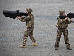 Französische Soldaten demonstrieren die NEROD F5 Drohnen-Abwehr-Gewehre. (Bild: Keystone/EPA/IAN LANGSDON)