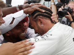 Lewis Hamilton lässt sich nach seinem sechsten Heimsieg feiern (Bild: KEYSTONE/AP/LUCA BRUNO)