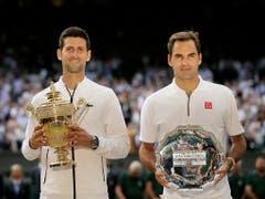 Novak Djokovic und Roger Federer boten sich ein episches Duell, das fast fünf Stunden dauerte (Bild: KEYSTONE/AP/TIM IRELAND)