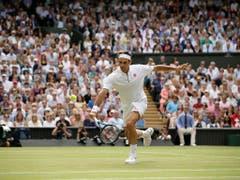 Roger Federer wurde vom Publikum frenetisch gefeiert (Bild: KEYSTONE/AP/TIM IRELAND)
