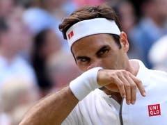 Vielleicht die bitterste Niederlage von Roger Federer: Er verliert den Wimbledon-Final in fünf Sätzen gegen Novak Djokovic (Bild: KEYSTONE/EPA/ANDY RAIN)