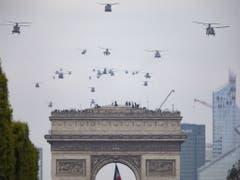 An der Flugschau nahmen 39 Helikopter teil, unter anderen auch deutsche und britische. (Bild: Keystone/EPA/IAN LANGSDON)