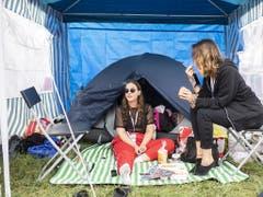 Erholung zwischen den Konzerten: Besucherinnen am Openair Frauenfeld in ihrem Zelt. (Bild: KEYSTONE/ENNIO LEANZA)