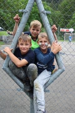 Reingequetscht: Samuel, Fabio und Mike. (Lagerbild: Pfarreilager Neuenkirch, 13. Juli 2019)
