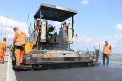 Total 1'720 Tonnen Asphalt wurden innert weniger Stunden innert weniger Stunden in der Strasse verarbeitet.
