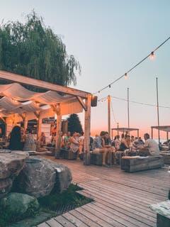 Idylle bei Sonnenuntergang: Die Tiki Strandbar in Goldach. (Bild: Alexandra Pavlovic)