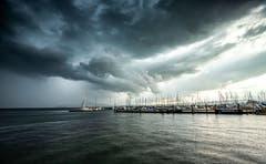 Ein Gewitter zieht auf über dem Zugersee. (Bild: Daniel Hegglin, 14. Juli 2019, Zug)