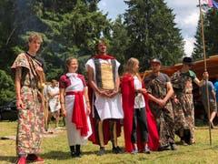 Die Römer von Blauring und Jungwacht Kriens üben sich in ihrem jurassischen Feldlager nicht nur in militärischem Drill. Bild: Jérôme Martinu (Les Reussilles, 14. Juli 2019)