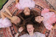 Mädchen der Gruppe Coviya des Blaurings Sempach während einer offensichtlich amüsanten Ausruhphase. Lagerbild: Blauring Sempach (Männedorf, 11. Juli 2019)