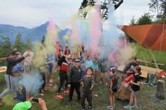 Das Lager der Jubla Geuensee wird zum farbenfrohen Spektakel. Lagerbild: Jubla Geuensee (Emmetten, 11. Juli 2019)