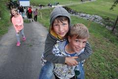 Unterstützung beim Aufstieg: Samuel trägt Lars auf dem Rücken hoch. Lagerbild: Pfarreilager Neuenkirch (Melchtal, 10. Juli 2019)