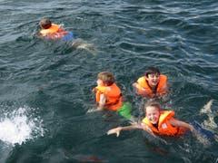 Im warmen Zugersee lässt sich's vorzüglich baden.Lagerbild: Schweizer Kinderhilfswerk Kovive (Zug, 14. Juli 2019)