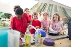 Mädchen der Jungschar Stans beim Abwasch. Bild: Manuela Jans-Koch (Hellbühl, 7. Juli 2019)