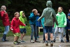 Ohren zuhalten: Die Kinder von der Pfadi Malters geben bei ihrem Schreispiel Vollgas. Bild: Dominik Wunderli (Wassen, 8. Juli 2019)