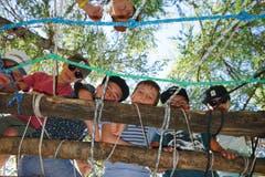 Die «Bauherren» des Pfarreilagers Kägiswil überprüfen ihr Werk auf seine Standhaftigkeit.Lagerbild: Pfarreilager Kägiswil (Visperterminen, 16. Juli 2019)