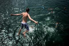 Sommer-Mutprobe: Ein Junge springt von der Brücke in Stein am Rhein ins Wasser. (Bild: Benjamin Manser)