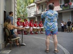 Trommler und Pfeifer in den Gassen von Vevey. (Bild: Keystone/JEAN-CHRISTOPHE BOTT)