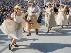 Unzählige Kostüme wurden genäht. (Bild: Keystone/JEAN-CHRISTOPHE BOTT)