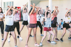 Die Dancecamp-Teilnehmerinnen in Willisau zeigen ein erstes Mal, was sie bisher gelernt haben. (Lagerbild: Verein The Dance Union, Willisau, 17. Juli 2019)