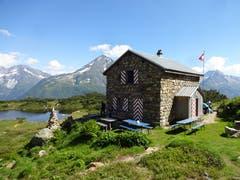 Der Name ist hier Programm: Die Sunniggrathütte liegt auf einer von der Sonne verwöhnten Geländeterrasse hoch über dem lieblichen Arnisee, auf einer Höhe von 1978 m.ü.M. Sie ist eine in Privatbesitz (Martin Gnos, Amsteg) befindliche Berghütte im Kanton Uri. In den heissen Sommertagen bietet das Seeli gleich unter der Hütte eine angenehme Abkühlung. Das nahegelegene Sunniggrätli ist ein hervorragender Aussichtspunkt ins Reusstal und auf die Dreitausender der Urner Alpen. (Bild: Hans Truttmann, Arnisee, 16. Juli 2019)