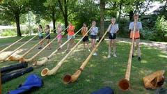 Diese Mädchen dürfen sich im Sportlager auch einmal im Alphornblasen versuchen. (Lagerbild: Kantonales Sportlager Zug, Tenero, 18. Juli 2019)