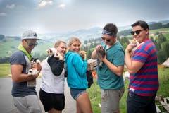 Streicheleinheiten für die tierischen Gäste im Rontallager. (Bild: Ralph Ribi, Gontenbad, 17. Juli 2019)