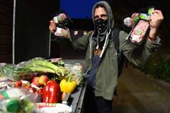 In Aktion: Der Thurgauer Mülltaucher und Lebensmittel-Retter. (Bilder: Helio Hick)