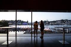Auch aus dem Inneren des KKL konnte man die Atmosphäre geniessen. (Bild: Alexandra Wey/Keystone, Luzern, 19. Juli 2019)