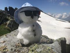 Trotz des heissen Wetters noch der letzte Schneemann auf 2400 Metern über Meer. (Bild: Ruedi Kempf, Gross Spitzen, Schächental, 28. Juni 2019)